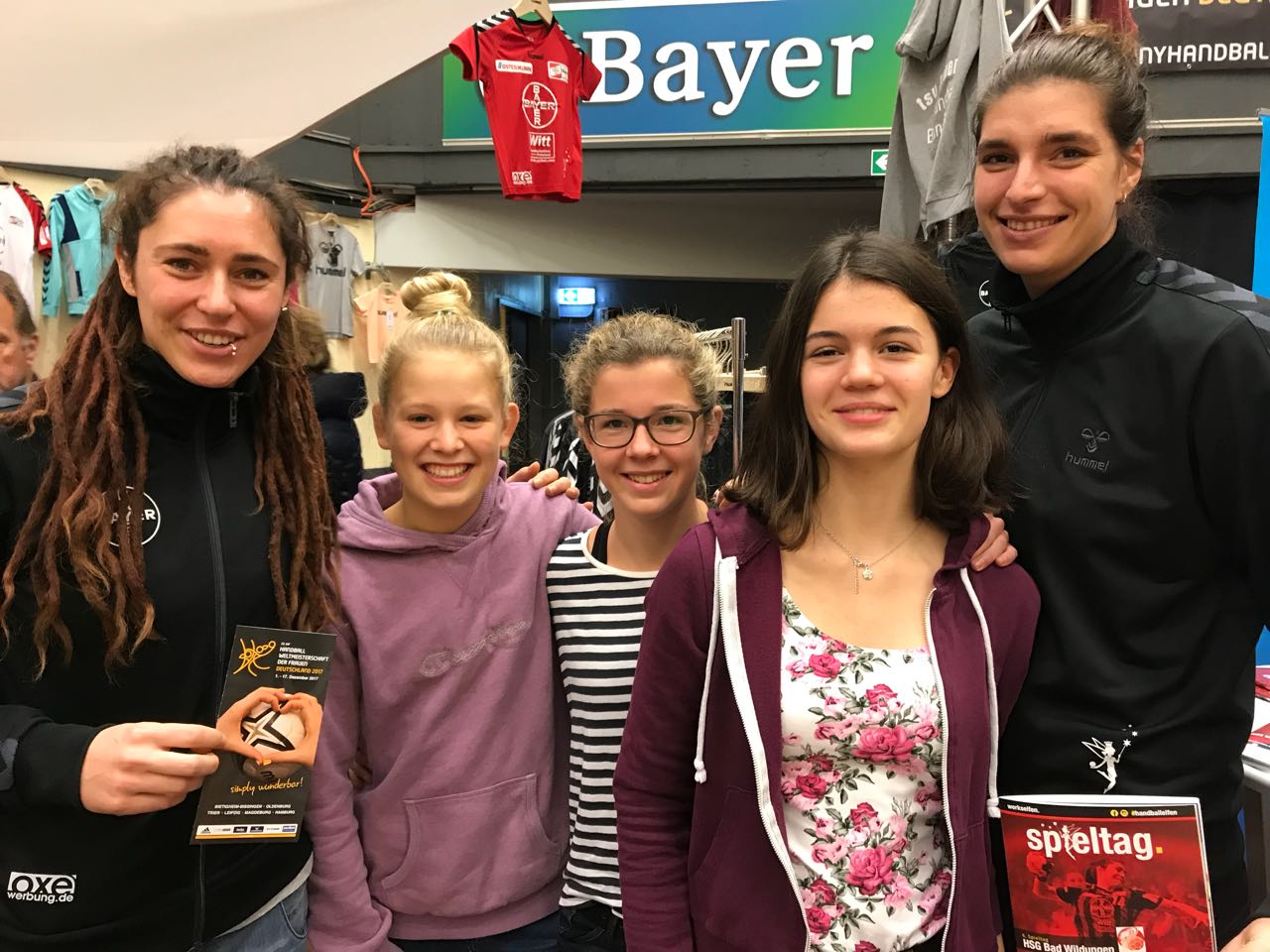 Bild mit Elfen: Nationalspielerin Jenny Karolius mit Emily, Paula und Lilli (HSG) und Franziska Mietzner (v.l.)